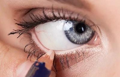 как наносить белый карандаш на внутреннее веко глаз