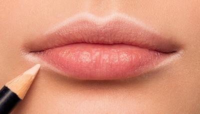 как применить белый карандаш для объема губ